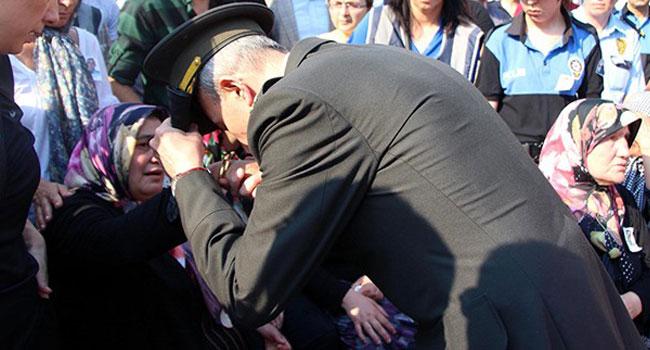 Şehit annesinin elini öpen o albay serbest