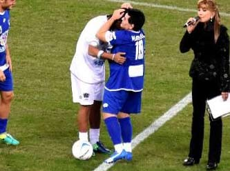 Barış maçında Maradona yine olay çıkardı