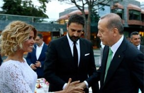 Saraya yakın TRT sunucusuna gözaltı şoku