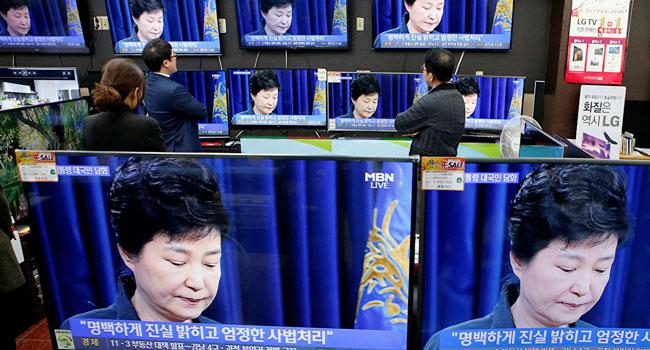 Güney Kore devlet başkanı azledildi