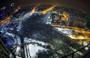 Bükreş, yolsuzluk affını protesto için yürüdü; hükümet eyleme 'darbe' dedi!