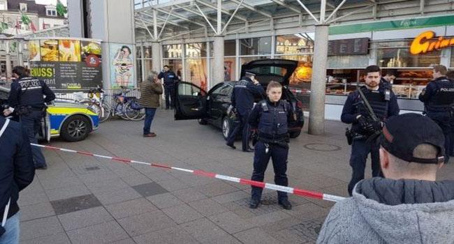 Almanya'da araba yayaların arasına daldı: 3 yaralı