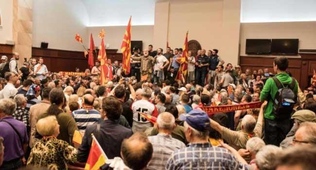 Makedonya'da Meclis basıldı, vekiller rehin alındı