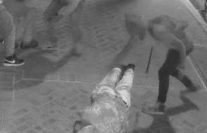 Sokak ortasında komaya soktukları iki kişiyi gasp ettiler...