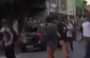 Bir otomobil,  grup halinde kaykay süren onlarca gencin arasına daldı.