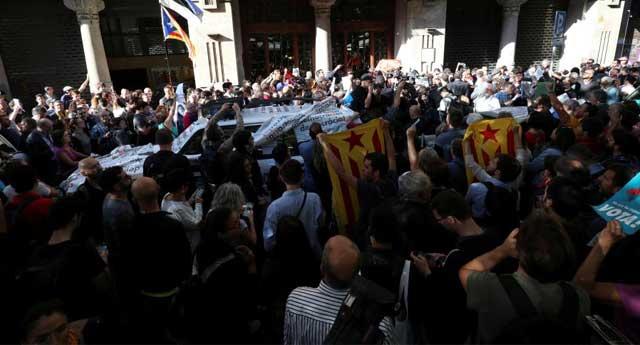 İspanya polisi Katalan hükümet binasına baskın düzenledi
