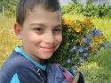Belki oğlu sarıldığı çiçeklerden bir demet uzatmıştır babasına...