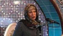 İngiltere Başbakanı May camide başını örttü