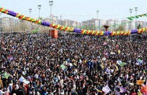 Nevruz kutlanıyor... Diyarbakır'da on binler toplandı