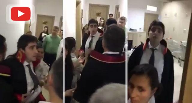 Hakim avukatı salonda dövmeye kalktı