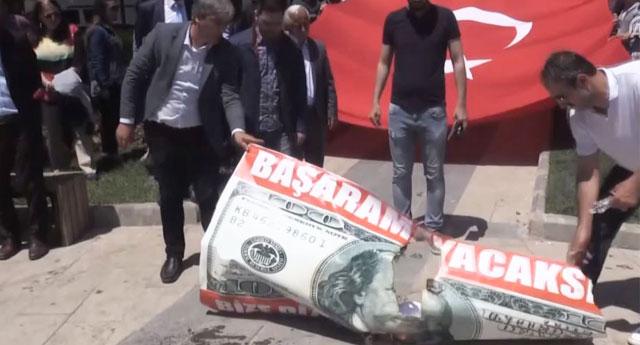 15 Temmuz derneği terörist ilan ettiği dev doları yaktı