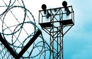 Tutukluların ellerini ve ayaklarını kırdılar!