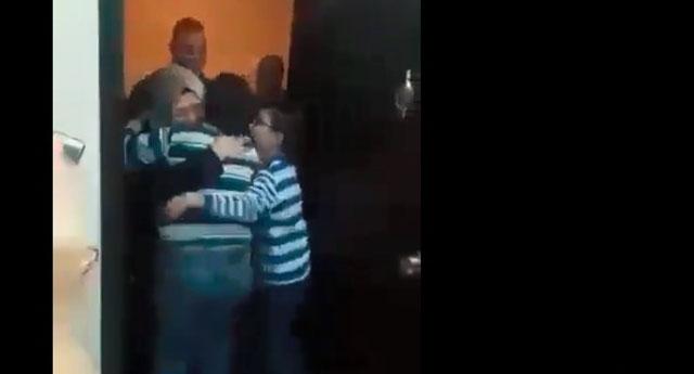 İşte Cezaevinden çıkan annelerini karşılarında gören 2 kardeşin sevinci