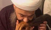 Cübbeli Ahmet Hoca'dan tartışmalı görüntü... Yıllar önce vefat eden şeyhin protez kolunu öptü