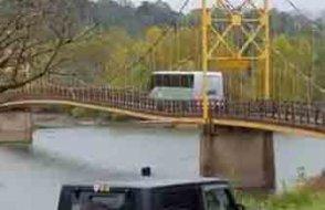 Bu köprüden geçmek cesaret ister... Araçlar geçerken sarkıyor