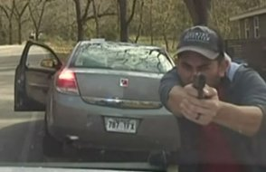 Aracını çeviren polisi yaylım ateşine tuttu
