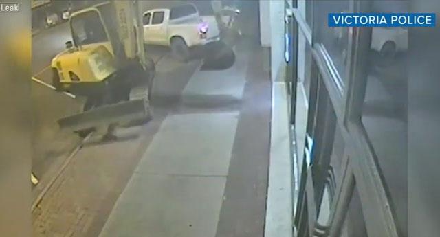 Soyguncular işi abarttı! Bankaya kepçe ile daldılar ...