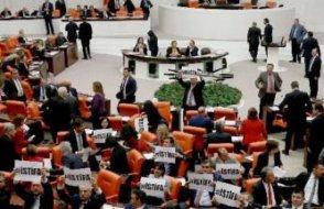 Bakana mecliste görülmemiş istifa protestosu