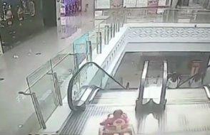Aileler dikkat! Yürüteçteki bebek kaşla göz arasında yürüyen merdivene yöneldi