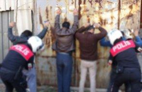 Üst araması yaptıkları şahsın cebindeki parayı çaldıkları iddiasıyla iki polis tutuklandı