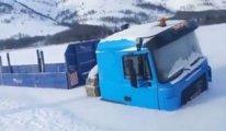Rusya'da buzda sıkışıp kalan iki kamyon bir aydır çıkarılmayı bekliyor
