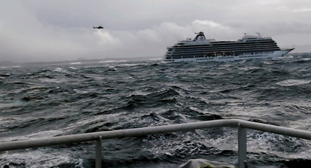 Norveç'te yolcu gemisinde mahsur kalanlar havadan kurtarılıyor
