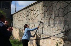 HDP'li başkan, kayyımın duvarını balyozla yıktı