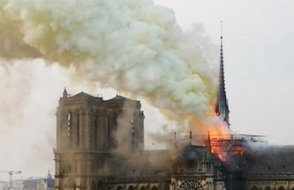 Yangının ardından Notre Dame Katedrali'nde baretli ilk ayin