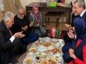 Binali Yıldırım'ın iftar fotoğrafına tepki: Masada yiyince sevabı mı kaçıyor?