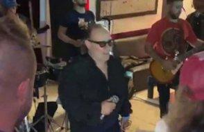 Ünlü müzisyen sahnede hayatını kaybetti
