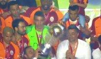 Hasan Şaş şampiyonluk kupasını düşürüyordu