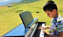 Görme engelli Bager ilk konserini köyünde verdi