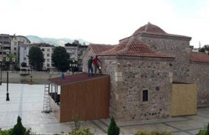 AKP'li Belediye 800 yıllık türbeyi millet kıraathanesi yaptı