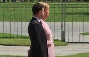 Kameralar önünde titreme krizine giren Merkel korkuttu