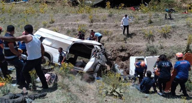 Van'da göçmen faciası.. Minibüs kaza yaptı: 15 ölü, 27 yaralı
