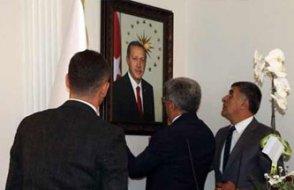 Kayyımların ilk icraatı: Tayyip Erdoğan fotoğrafı asmak ve bunu ilan etmek
