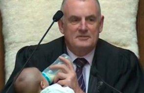 Yeni Zelanda Meclis Başkanı tüm dünyadan övgü aldı