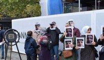 Sürgündeki öğretmenlerden Türkiye konsolosluğuna siyah çelenk