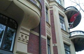 Türk büyükelçilik binasının camları kırıldı