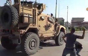 Suriye'den çekilen ABD askerlerine Kürtlerden taş ve çürük meyveli protesto
