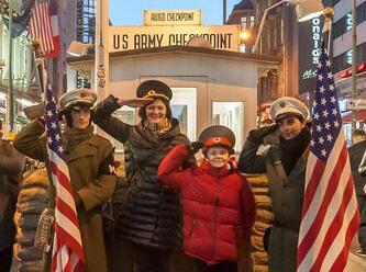 Checkpoint Charlie'de 'ABD askerleri' gibi giyinen aktörlere' yasak