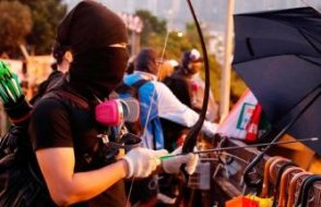 Hong Kong'da göstericiler polisi ok ile vurdu