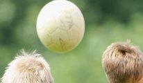12 yaş altının topa kafa ile vurması yasaklandı