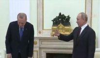Rusya'da utandıran görüntü: Putin tokalaşmaya yanına çağırdı