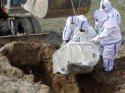 Koronavirüs salgınından ölen kişiyi dağ başına gömdüler