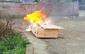 Tabutu ateşe verdiler!