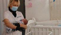 Taşıyıcı annelerin doğurduğu bebekler mahsur kaldı
