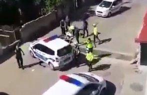 Alt tarafı sokağa çıktı... 'Beş araba polis' vatandaşı böyle dövdü