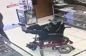 İlginç soygun girişimi: Ellerini kullanamayan genç ayağı ile silah çekti