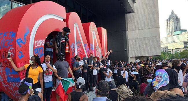 Öfkeli kalabalıklar CNN binasına saldırdı!